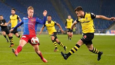 Es war eine Abwehrschlacht. Mal für Mal werfen sich die FCB-Spieler wie hier Jasper van der Werff in die Schüsse der Berner. (Bild: Keystone)