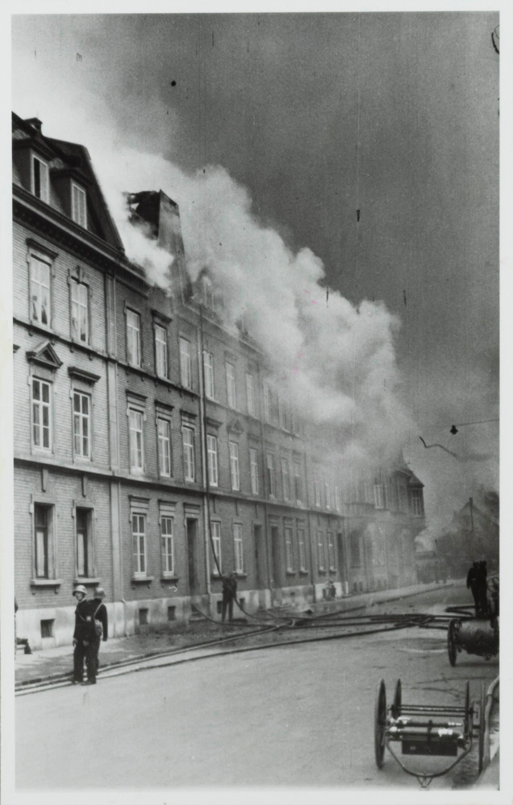 Bombardierung von Basel, 4. März 1945: Feuerwehr und Luftschutz versuchen den Dachstockbrand an der Tellstrasse 17 und 21 zu löschen.