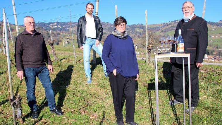 Vorfreude auf das neue Weinjahr, Freude an den gekelterten Weinen: die Altstätter Ortsbürgergemeinde mit ihrem neuen Oberhaupt Judith Schmidheiny. (Bild: PD)