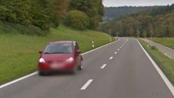 Nach dem Tiefenwaag-Kreisel zwischen Ehrendingen und Schneisingen gab der Autofahrer zu viel Gas. (Symbolbild) (Screenshot Google Street View)
