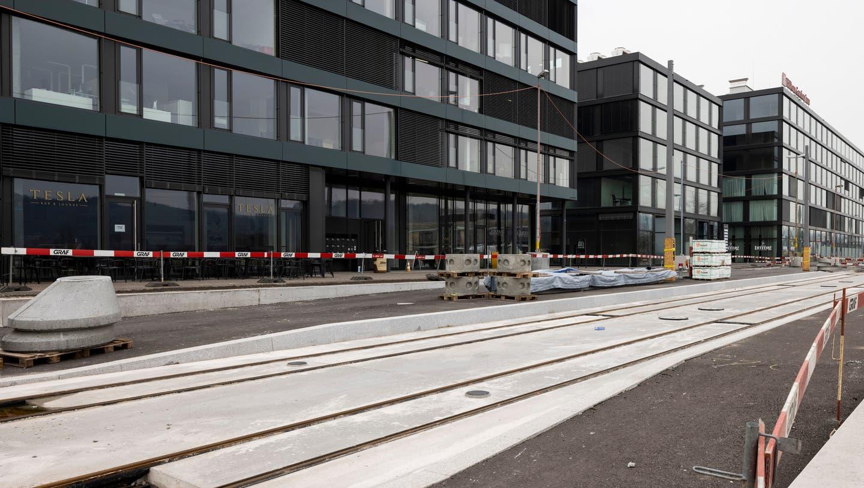 Beim Hilton Hotel im Kreuzäcker-Quartier entsteht eine der Haltestellen für die Limmattalbahn. Hier müssen Pendlerinnen und Pendler umsteigen, wenn sie die RVBW-Linie 13 nutzen wollen. (Severin Bigler (3. März 2021))