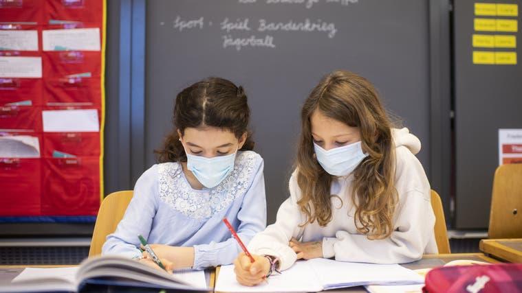 Junge Kinder mit Atemschutzmasken im Unterricht. (Symbolbild) (Ennio Leanza / KEYSTONE)