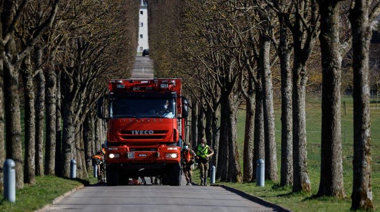 Die Pumpe wird mit einem grossen Lastwagen herangeführt. (Hanspeter Bärtschi)