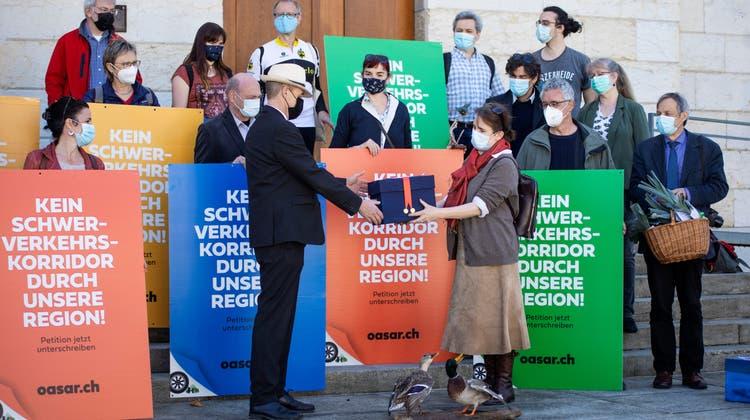 Esther Duran (vorne rechts) übergibt die Petition gegen den Brugger Ast des Verkehrsprojekts OASE an Grossratspräsident Pascal Furer. (Britta Gut)