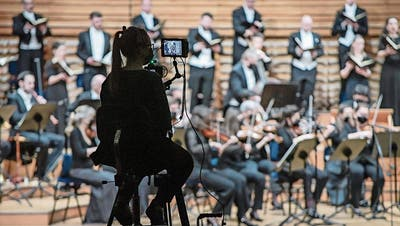 Livekonzert ohne Publikum: die Zürcher Sing-Akademie und das Orchester La Scintilla bei der Aufnahme von Bachs Matthäuspassion am Sonntag im KKL.