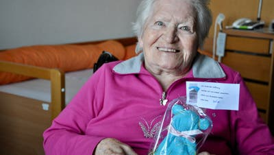 Murianer Oberstüfler haben Waschlappen-Bärli für die Bewohner der Seniorenresidenzen gebastelt. Diese Seniorin ist sichtbar gerührt. (zvg)