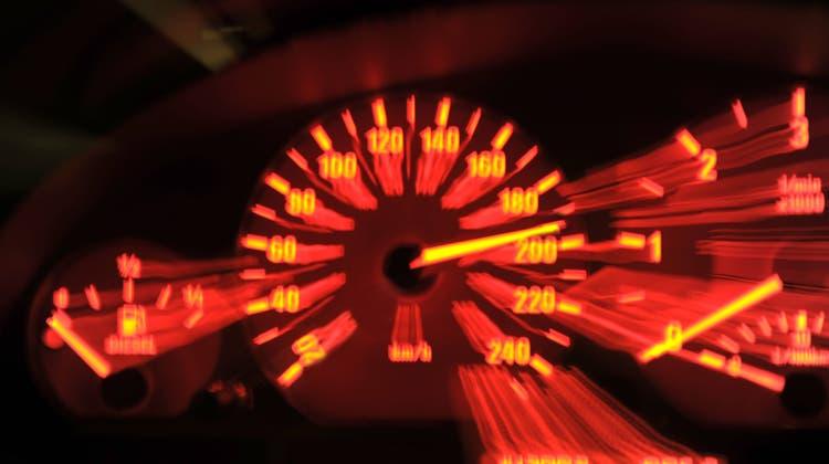 Die Polizei nahm dem Raser, der die Tempolimite um netto 71 km/h überschritten hatte, noch vor Ort den Führerausweis ab. (Themenbild: Imago Stock&people/Imago Images)