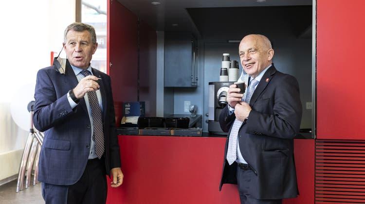 Regierungsrat Ernst Stocker, Finanzdirektor, und Bundesrat Ueli Maurer, Vorsteher des Eidgenössischen Finanzdepartements, geniessen einen Kaffee vor der Medienkonferenz zum Covid-Härtefallprogramm. (Bild: Keystone)