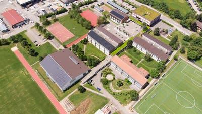 In Frick käme die Mittelschule auf dem Areal der K. Studer AG (oben) zu liegen, unmittelbar neben dem Oberstufenzentrum. (Bild: Paul Gürtler)