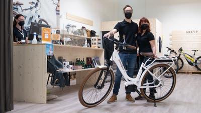 Andreas und Selina Gabriel von «Schnellfuss1871» in der Pop-up-Ladenfläche im Pilatusmarkt. (Bild: Boris Bürgisser (Kriens, 29. März 2021))