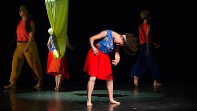 Eine Impression von 2019: In der Chollerhalle zeigte Tänzerin Jeanine Elsener (nicht im Bild) zusammen mit Tänzerinnen und Tänzern mit Beeinträchtigung das Tanzstück «So und nicht anders». (Bild: Stefan Kaiser (Zug, 3. Mai 2019))