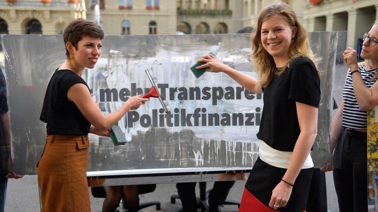 Die Co-Präsidentinnen der Transparenz-Initiative Nadine Masshardt (SP/BE) und Lisa Mazzone (Grüne/GE) 2018 auf dem Bundesplatz. (Keystone)