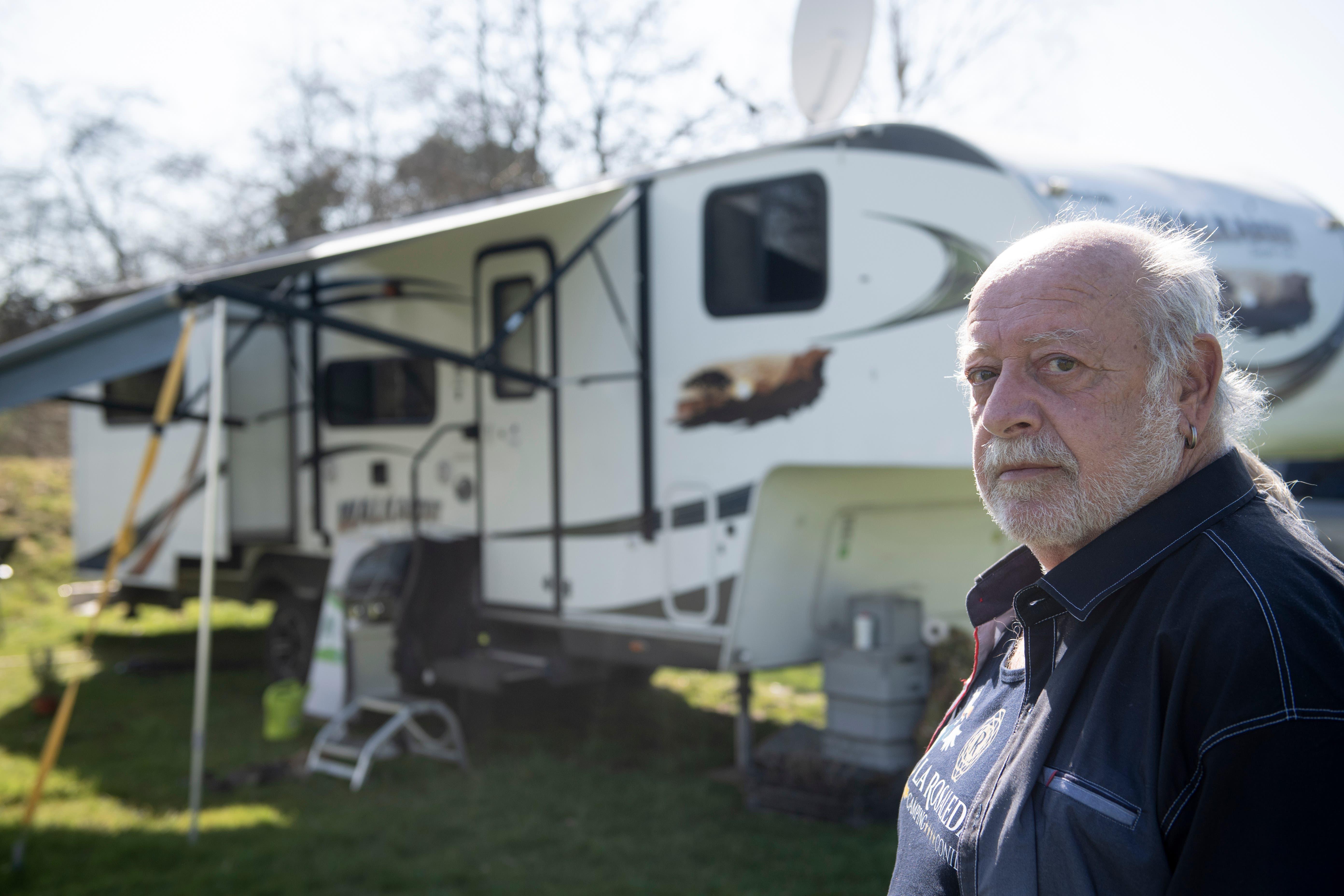 Jürg Aschmann, Rentner, lebt seit 2017 im Wohsattelcamper. Er ist im Winter in Andalusien, im Sommer im Norden und im Frühling und Herbst hat er Sehnsucht nach seinen Freunden hier auf dem Campingplatz.