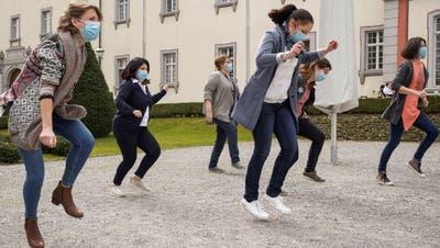Die Mitarbeitenden der Pflegi Muri hatten beim Dreh der «Jerusalema-Dance-Challenge» im Klosterhof viel Spass. (zvg/Felix Wey)