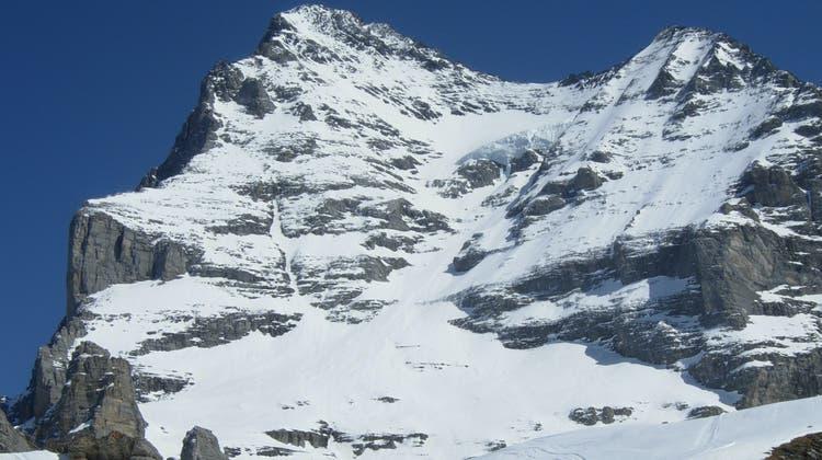 In der Eiger-Westflanke stürzte ein Freiburger am Dienstagnachmittag mit Skiern mehrere hundert Meter ab und verletzte sich tödlich. (Kantonspolizei Bern)