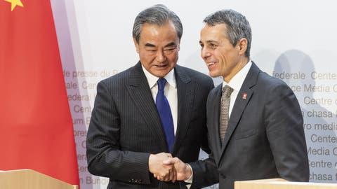 Aussenminister Ignazio Cassis mit seinem chinesischen Amtskollegen Wang Yi (Oktober 2019). (Alessandro Della Valle / KEYSTONE)