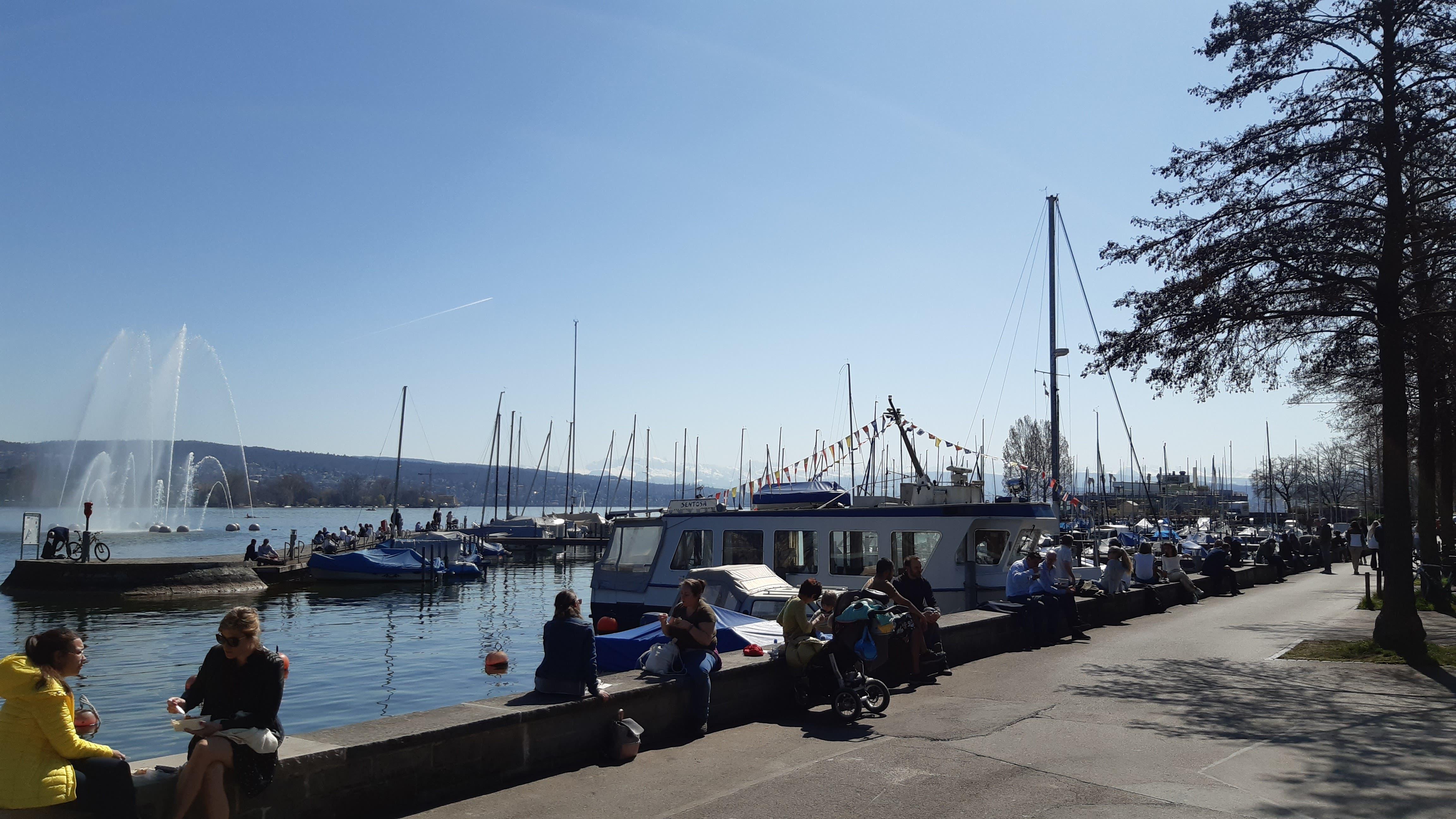 Beim Hafen Enge dient die Ufermauer als Mittagstisch.
