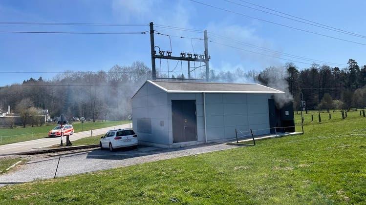 In diesem Gebäude an der Bahnlinie brannte es. (zvg/RBS)