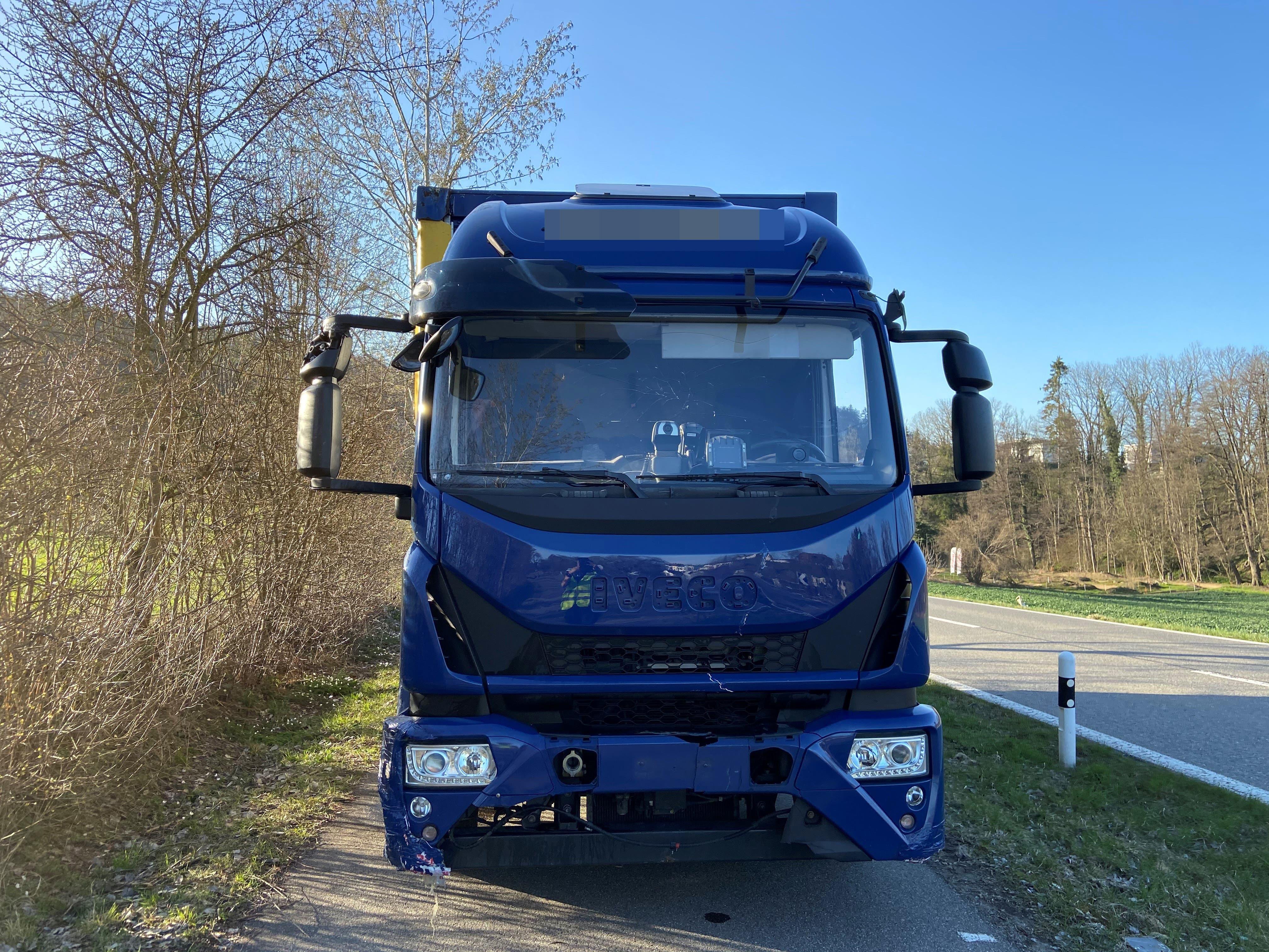 Villmergen (AG), 30. März: Ein Lastwagenchauffeur aus Slowenien kommt von der Strasse ab und baut mehrere Unfälle. Er war betrunken und musste den Führerschein abgeben.