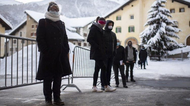 Freiwillige in Zuoz: Schon im Dezember begann der Kanton Graubünden mit Flächentests. (Keystone)