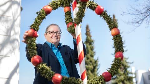 Regina Osterwalder, Pastoralraumleiterin Rontal und Leiterin der Pfarrei Ebikon, steht bei einem Palmbaum, der beim Eingang der katholischen Kirche in Ebikon am Palmsonntag aufgestellt wurde. (Bild: Dominik Wunderli (30. März 2021))