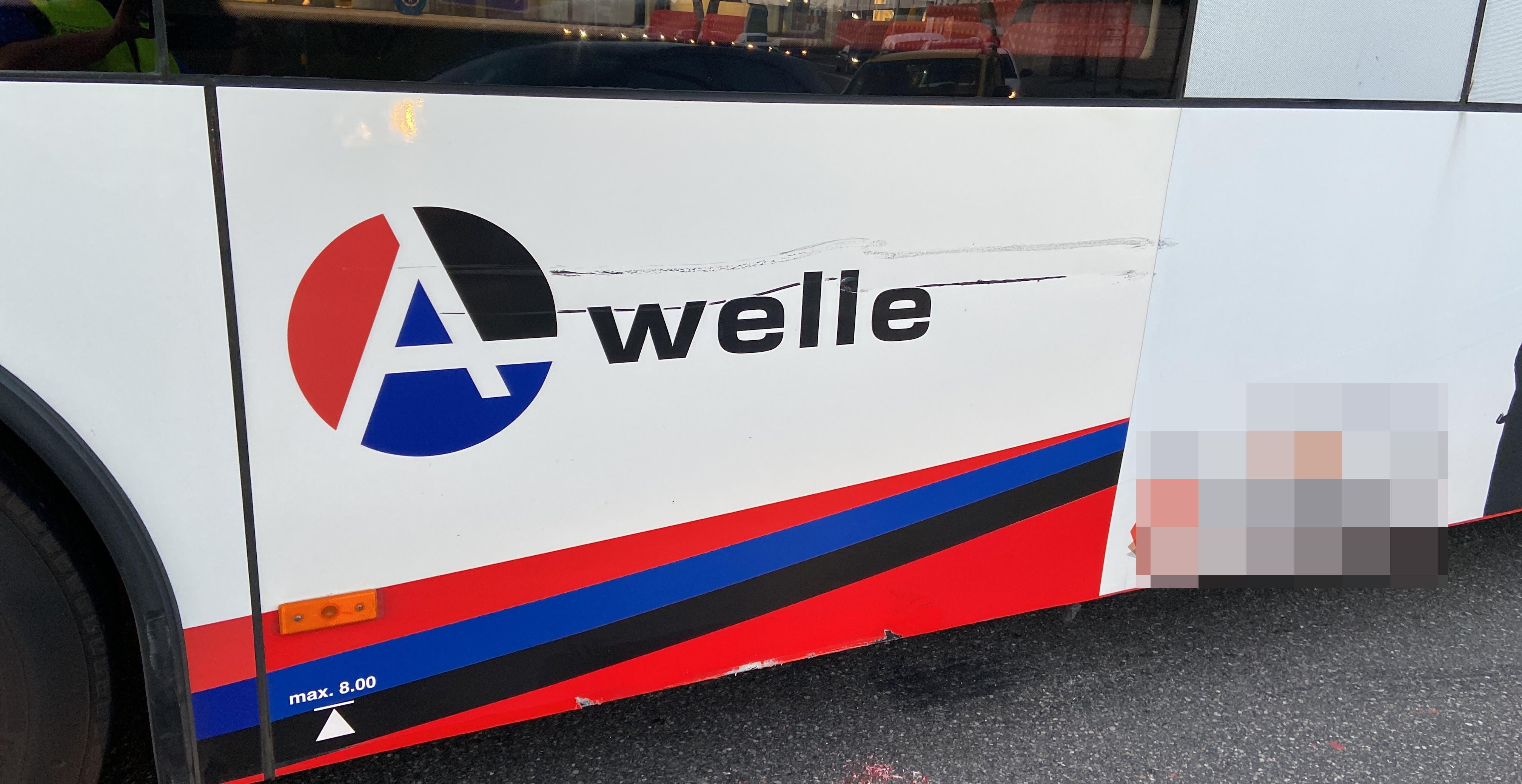 Baden (AG), 30. März: Ein 44-jähriger Autolenker kollidiert beim Abbiegen mit einem Linienbus, weil er das falsche Lichtsignal beachtet hat. Der Bus muss Vollbremsung einleiten, wobei zwei Fahrgäste leicht verletzt wurden.