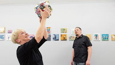 Mutter und Sohn zusammen für die Kunst: Verena und Daniel Häller in ihrer Galerie namens «ductus». Verena Häller hält hier ein Objekt von Rob Nienburg mit dem Titel «It`s a great time to change (one month lockdown trash)» hoch.