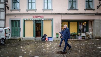 Vier von fünf Schaufenstern von «Trudi & Vinz» wurden eingeschlagen. Inhaberin Beatrice Niedermann findet noch immer Glassplitter in der Warenauslage. (Bild: Michel Canonica)