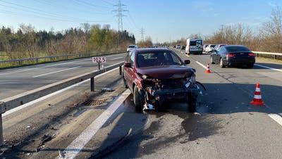 Das total beschädigte Unfallfahrzeug. (Bild: Zuger Polizei)