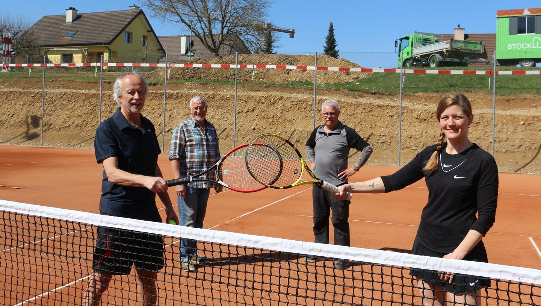Die neuen Tennisplätze des TC Frick (v.l.): Präsident Massimo Fini, Platzwart Werner Friedli, Platzwart-Stv. Erwin Frei undVizepräsidentin Tanja John. (Dennis Kalt / Aargauer Zeitung)
