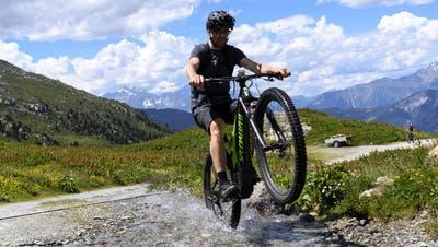 E-Bikes werden in der Schweiz immer beliebter – auch für alpine Touren. (Bild: Keystone)