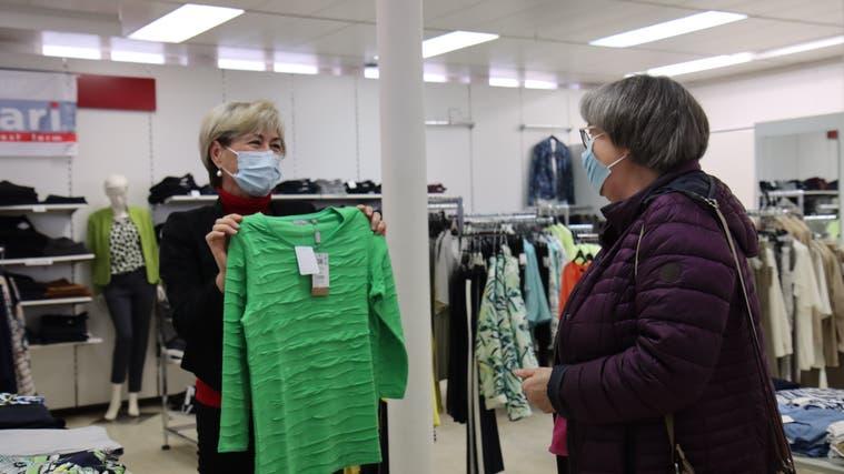 Einkaufen im Laden macht Spass – sowohl bei der Kundschaft als auch beim Verkaufsteam. (Robert Kucera)