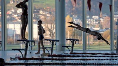 Solche Bilder sind bis auf weiteres nicht mehr zu sehen: Eindrücke aus dem Hallenbad Allmend in Luzern. (Archivbild: Nadia Schärli)