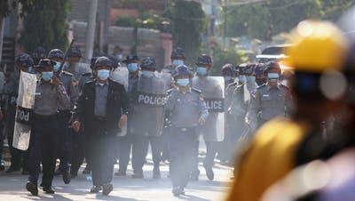 Sicherheitskräfte in Myanmar drängen Anti-Putsch-Demonstranten zurück. (Maung Lonlan / EPA)