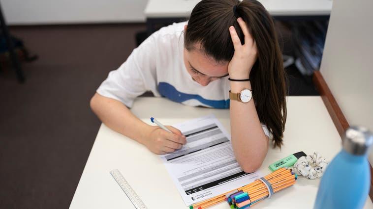 Eine Schülerin während einer Prüfung vor der Maskentragpflicht. (Bild: Keystone/Gaetan Bally)