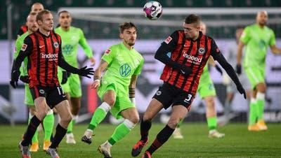 Wolfsburg Maximilian Philipp gegen Frankfurts Stefan Ilsanker (rechts) und Sebastian Rode (links). (Swen Pf'rtner / DPA)