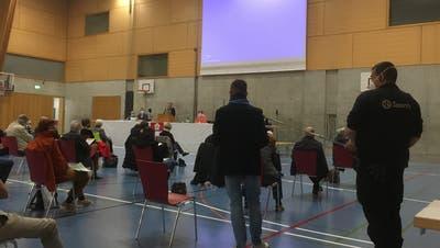 Die Seltisberger Gemeindeversammlung findet in der Sporthalle Kaserne in Liestal statt. Dank der grossen Räumlichkeiten können die Coronaschutzmassnahmen eingehalten werden. (Bild: Simon Tschopp)