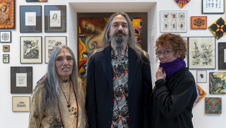 Loretta Leu neben ihrem Sohn Filip Leu, Enkel der KünstlerinEva Aeppli, und seine FrauTintine Leu, in der Ausstellung «Leu Art Family» im Museum Tinguely in Basel. (Bild: Georgios Kefalas / KEYSTONE)