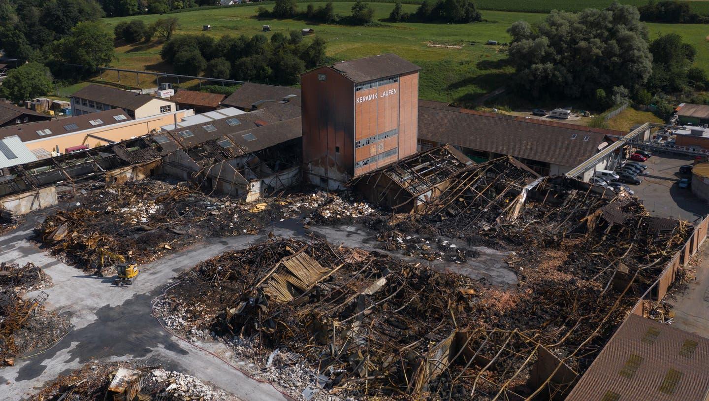 Drei Tage nach dem Brand glich das Industrieareal an der Laufner Wahlenstrasse einem Kriegsgebiet. (Bild: Andreas Schwald)