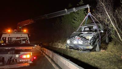 Das Fahrzeug ist nur noch Schrott. Es musste mit einem Kran geborgen werden. (Bild: Zuger Polizei)
