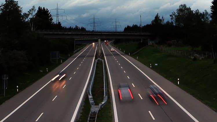 Auf einer deutschen Autobahn kam es zu einem illegalen Rennen, an dem auch ein Aargauer beteiligt war. (Symbolbild: Keystone)