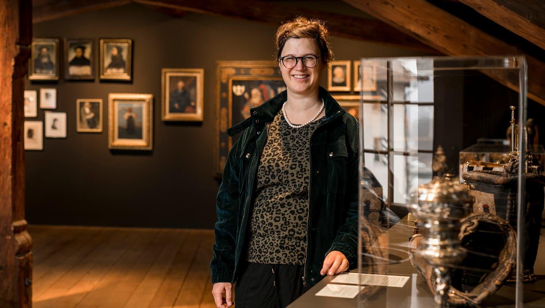 Rebecca Niederhauser steht im kürzlich renovierten Raum mit der Historischen Sammlung im zweiten Obergeschoss. (Bild: Sandra Ardizzone)