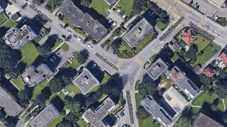 Der Knabe war auf dem Trottoir auf der Studacker- in Richtung Steinmürlistrasse unterwegs. An der Kreuzung überquerte er den Fussgängerstreifen. (Google Maps)