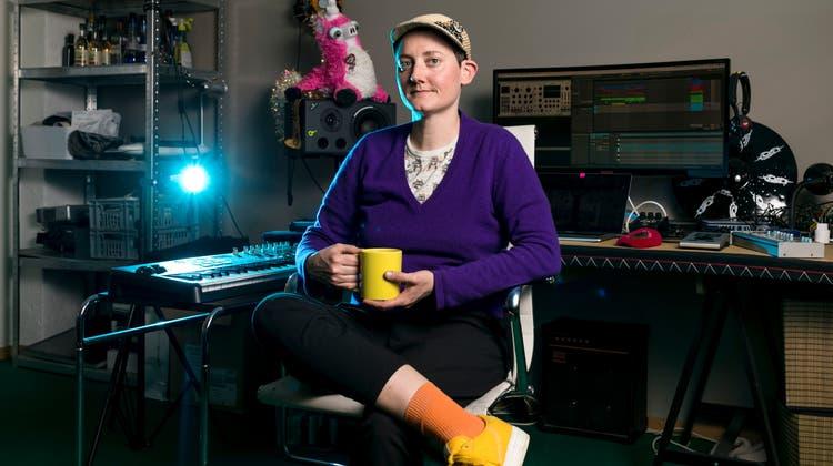Was machen die Corona-Betroffenen aus dem Nachtleben während des Lockdowns? Im Bild: DJane Nathalie Brunner alias DJ Playlove in ihrem Atelier in Zürich. (Sandra Ardizzone)