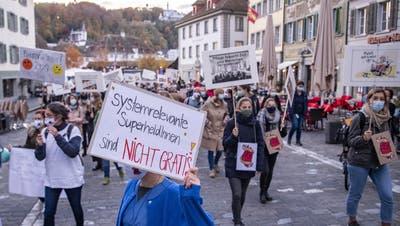 Angestellte aus den Pflegeberufen demonstrierten mit einem «Walk of Care» in Luzern für bessere Arbeitsbedingungen. (Bild: Urs Flüeler/Keystone(27. Oktober 2020))