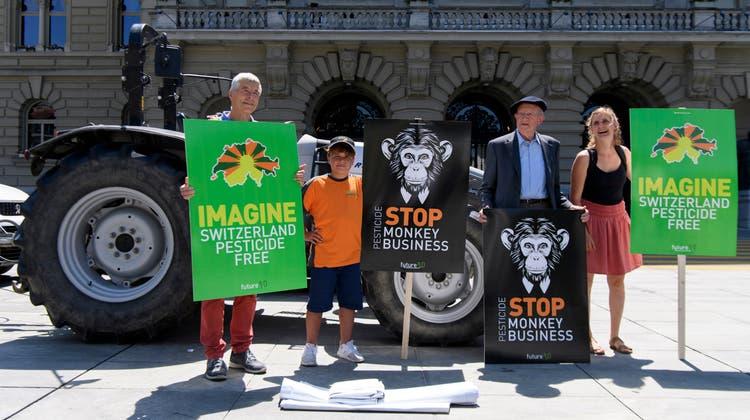 Die Initianten von «für eine Schweiz ohne synthetische Pestizide» bei der Einreichung der Initiative 2018. (Keystone)