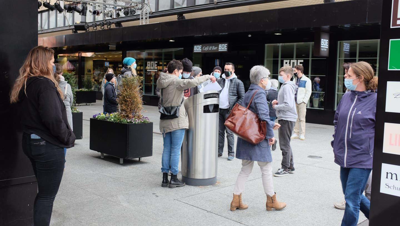 In Buchs wurden nach der Kündiung des beliebten KOJ-Leiters zwei Petitionen lanciert und Unterschriften auf der Strasse gesammelt. (Bild: Heini Schwendener)
