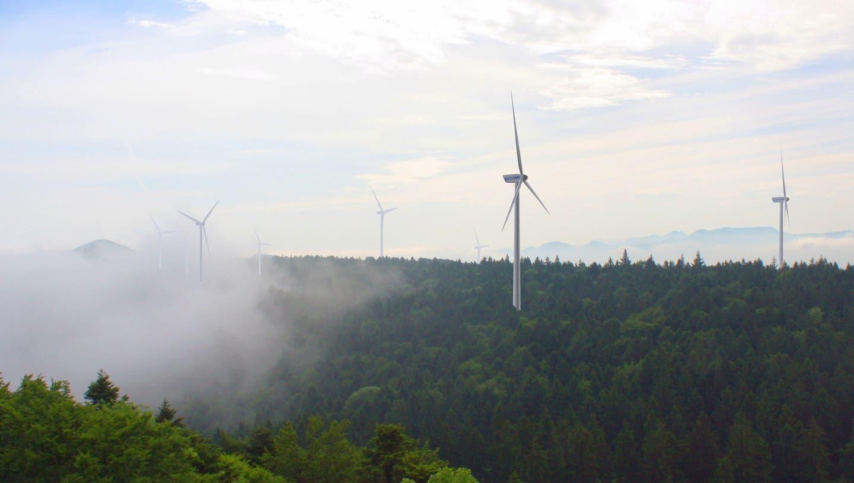 Wie auf dieser Fotomontage könnte der Windpark auf dem Chall eines Tages aussehen. (Bild: Zvg)
