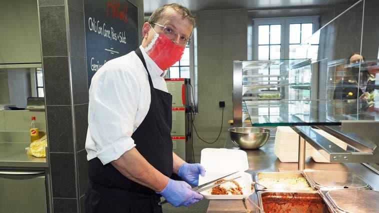Im Personalrestaurant der Jakob Müller AG in Frick gibt Betriebsleiter Bertram Hinnenberger Take-away-Gerichte aus. (Hans Christof Wagner  / Aargauer Zeitung)