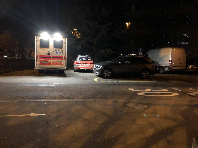 Polizei- und Rettungskräfte am Einsatzort.